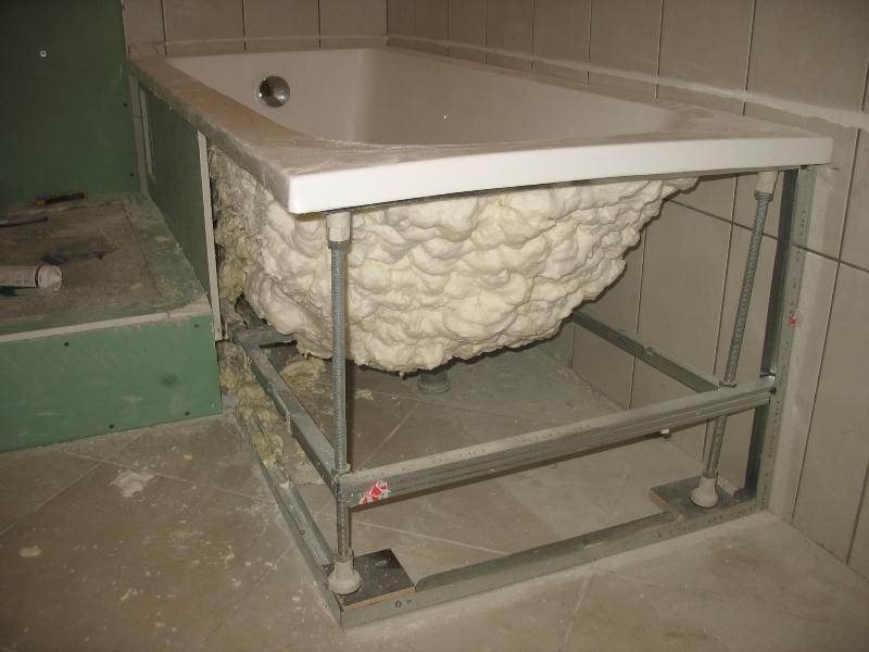 vanna, vannas apakša, vanna ar putām, makroflex, celtniecibas putas