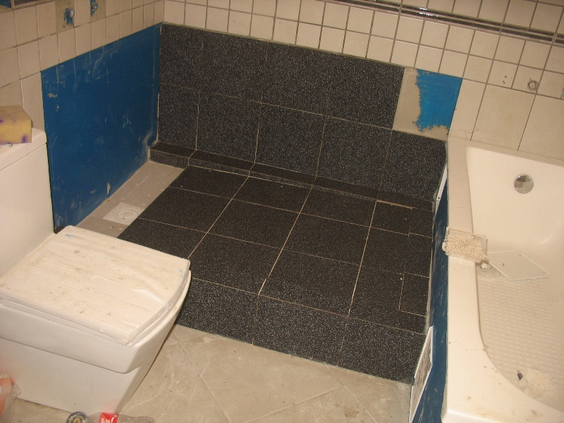 flīzes dušā. līzēšana, vannas istabas flīzes, grīdas flīzes
