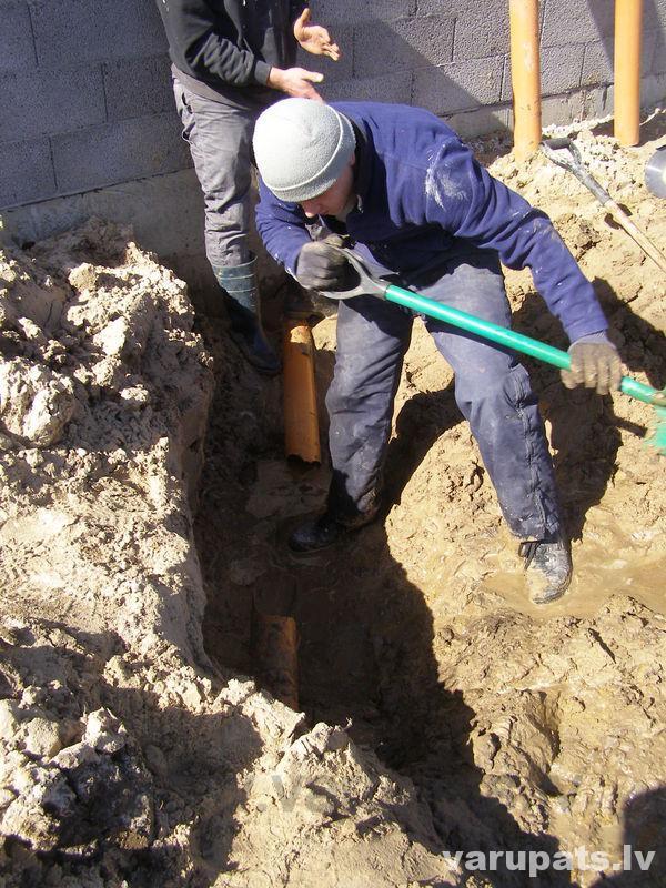 Plīsušas, salauztas kanalizācijas caurules remonts