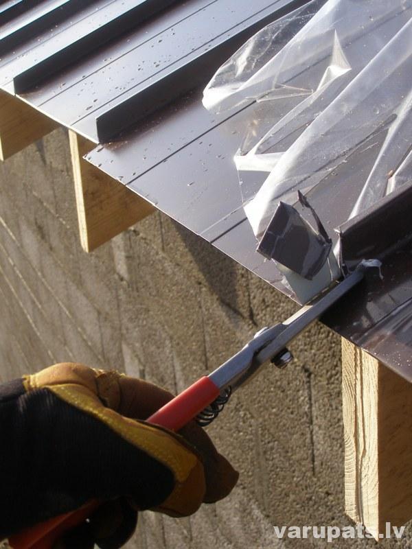 Metāla jumts, škēres griež metālu