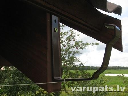 jumta tekņu āķu montāža ar kritumu