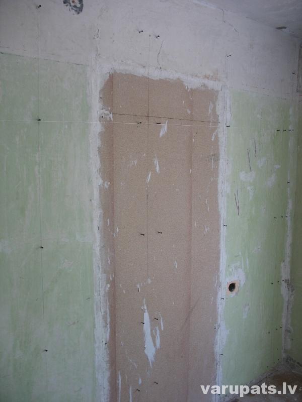 sakrūvē atdures sienas vidusdaļā iezīmētajās vietās