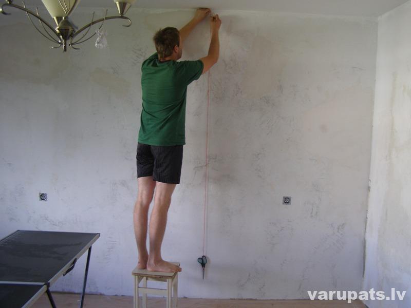 Vertikālā līnija uz sienas