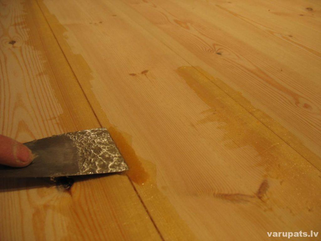 Grīdas spraugu piešpaktelēšana