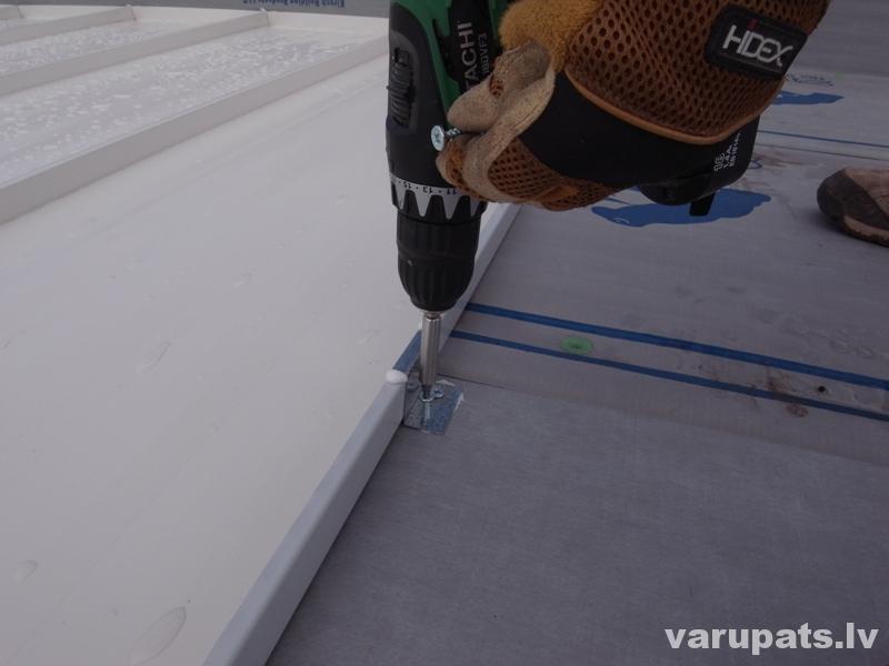 Metāla jumta seguma piestiprināšana