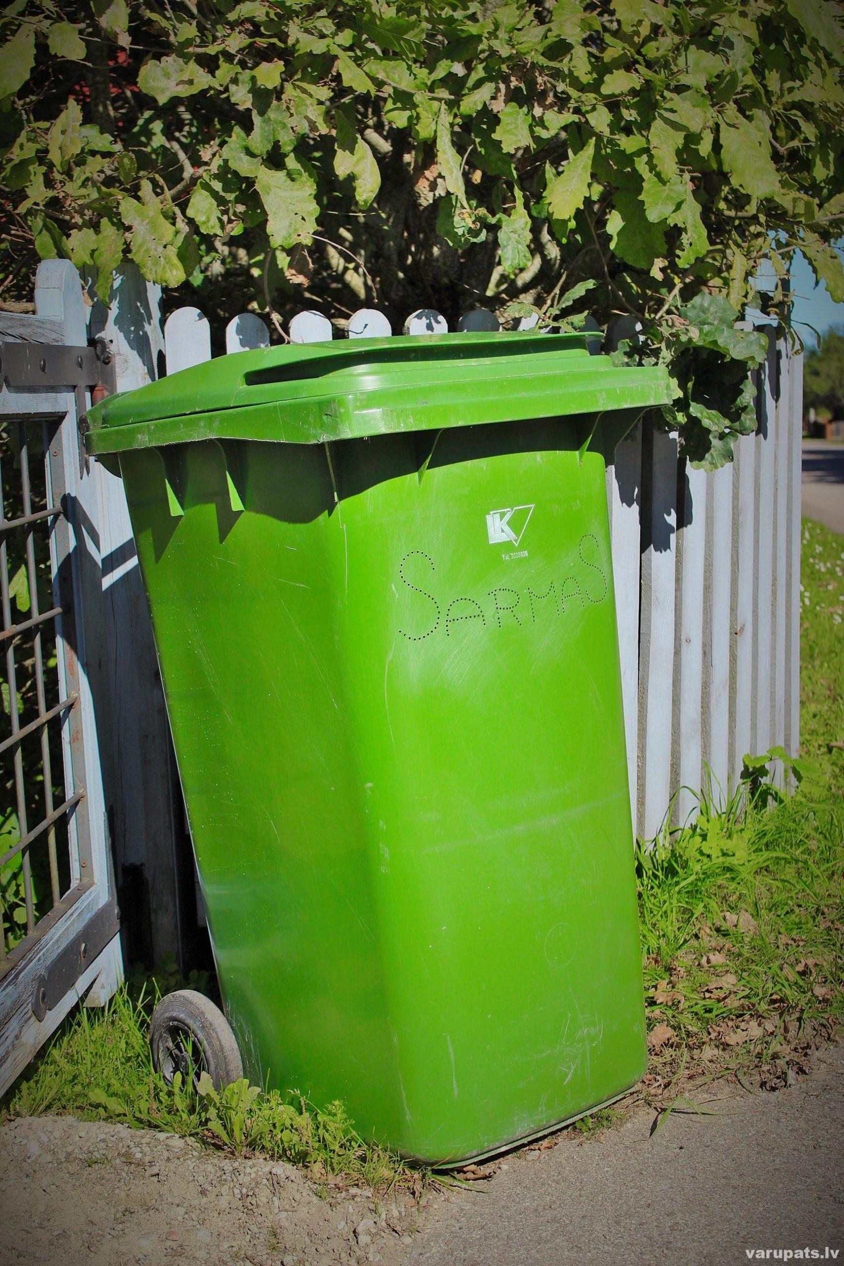 atkritumu konteineru mājai un nosaukums uz tā, mājas adresse