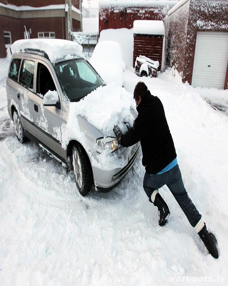 auto izstumšana no sniega, palīdzība uz ceļa
