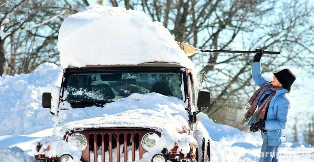 ziemas sniega tīrīšana no auto, mājas sliekšņa vai ietves.