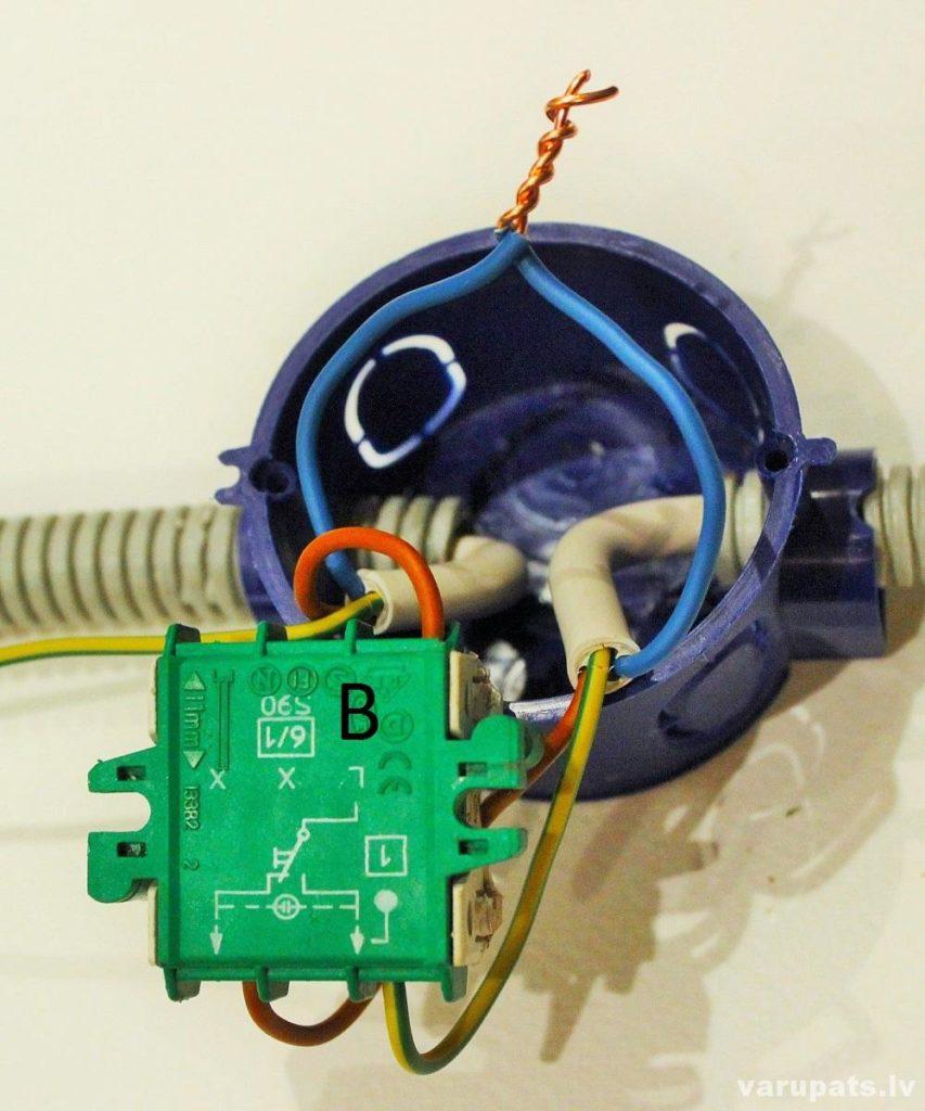 parsledza princips, pārslēdža shēma, no diviem slēdžiem ieslēgt vienu lampu, trīsceļu pārslēdzis