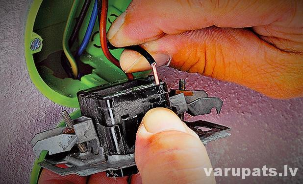 pārslēdža savienošana, krustslēdža pieslēgšana, kontakta pievienošana, pieslēgt elektrības slēdzi